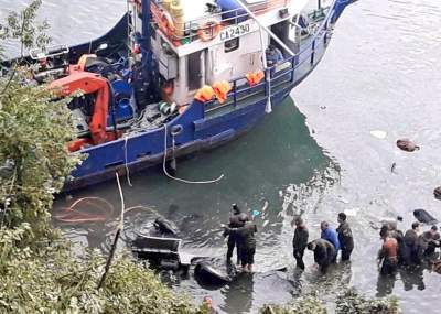 Bus militar con pasajeros vuelca y cae al río Puelo en Cochamó